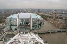 Pra quem gosta de sempre ter uma vista diferentona do lugar que visita, a London Eye (agora chamada Coca-Cola London Eye) oferece uma bela visão de Londres. A volta na roda-gigante emoooorme dura cerca de 30 minutos e cada cápsula comporta até 28 pessoas.