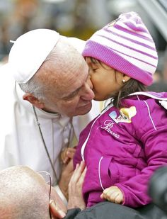 Papa Francisco recebe o beijo de uma criança ao chegar em Aparecida (SP) - http://epoca.globo.com/?ver=http://epoca.globo.com/tempo/fotos/2013/07/fotos-do-dia-24-de-julho-de-2013.html (Foto: AP Photo/Victor R. Caivano)