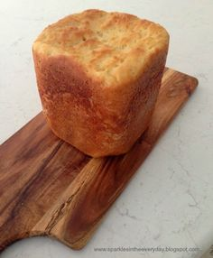 An easy way to make delicious gluten free bread in a bread machine. All the tips for making a gluten free bread loaf perfect for sandwiches or toast! Gluten Free Breadmaker Recipe, Gf Bread Recipe, Gluten Free Baking, Gluten Free Recipes, Gluten Free Fried Chicken, Bread Machine Recipes, Bread Recipes, Fructose Free, How To Make Bread