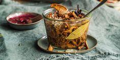 Syltet sopp med løk og krydder Moscow Mule Mugs, Brie, Roast, Pudding, Cooking, Tableware, Desserts, Food, Nature