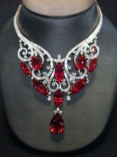 Magnificent necklace, 180 fiery carats. Harry Winston strikes again! See the Rest of the Outfit and Description on this board. - Gabrielle