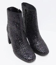 Bota feminina  Aplicação de Glitter  Marca: Satinato  Material: sintético     COLEÇÃO VERÃO 2017     Veja outras opções de    botas femininas.        Sobre a marca Satinato     A Satinato possui uma coleção de sapatos, bolsas e acessórios cheios de tendências de moda. 90% dos seus produtos são em couro. A principal característica dos Sapatos Santinato são o conforto, moda e qualidade! Com diferentes opções e estilos de sapatos, bolsas e acessórios. A Satinato também oferece para as mulheres…