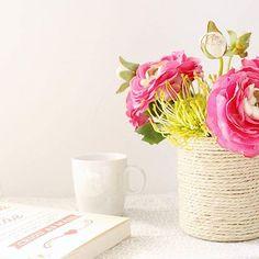 Já lá vai o tempo em que lia apenas um livro de cada vez. Desde que passei a ler livros mais técnicos, que gosto de ir variando. Ora leio um bocadinho de um, ora de outro. Depende muito do meu estado de espírito na altura. Também é assim com vocês?Fiz uma pausa neste livro que estava a ler para me dedicar a outro que descobri que estava disponível na biblioteca. Falarei dos dois em breve, no blog.#cupsinframe#flowerpower...#booksandcups#flowersandcups