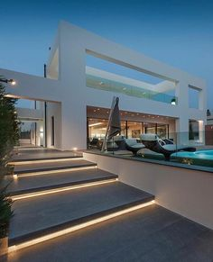 Diese moderne Villa in Glyfada, einem der vornehmsten und luxuriösten Vororte A. This modern villa in Glyfada, one of the most distinguished and luxurious suburbs of Athens, was designed by the architecture firm Dolihos Architects. Villa Design, Design Hotel, Modern House Design, Modern Interior Design, Luxury Interior, Luxury Decor, Room Interior, Interior Lighting, Architecture Design