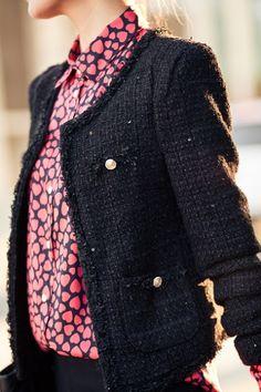 Casaco de tweed    Para quem não conhece, o tweed é um tecido de textura áspera, feito a partir de fios de lã; que podem ser misturados com outros tecidos e ter diversas cores.   É perfeito para usar naqueles dias bem friozinhos, onde as produções são mais elaboradas...