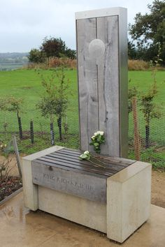 MONUMENT OF RICHARD THE III/DEATH ON BOSWORTH BATTLEFIELD. THE WHITE ROSE OF YORK GIVEN IN RESPECT.