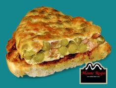 Rebanada de pan tostado acompañado de tortilla de patata con guisantes y jamón serrano #MonteRegio ¡Hora del aperitivo!