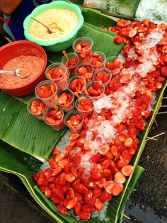 Street Food in Chatuchak Market, Bangkok, Thailand World Street Food, Street Food Market, Thai Street Food, California Food, People Eating, World Recipes, International Recipes, Foodie Travel, Chatuchak Market