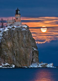January Full Moon at Split Rock by Don Olson on Capture Minnesota // The January full moon at Split Rock always attracts a large group of photographers. Lighthouse Lighting, Lighthouse Pictures, Lighthouse Painting, Split Rock Lighthouse, Lighthouse Keeper, Nature Pictures, Cool Pictures, Am Meer, Jolie Photo