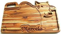 Resultado de imagem para madeira teca Cnc Router, Serving Board, Cutting Boards, Kitchen Accessories, Wood Art, Pizza, Carving, Ideas, Design