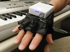 素人でもプロピアニスト並みの演奏が可能になるアシストグローブ『Mobile Music Touch』
