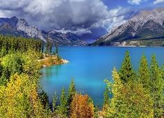 Beautiful lake in the mountains - Forests Wallpapers and Images Forest Wallpaper, Tourist Spots, Places To See, The Good Place, Beautiful Places, Amazing Places, Nature Photography, Mountains, Travel