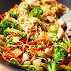 Makaron stir-fry z kurczakiem, brokułami i marchewką - chińskie danie z woka z makaronem chow-mein, kurczakiem i warzywami. Chow Mein, Chow Chow, Wok, Stir Fry, Pesto, Fries, Menu, Dinner, Cooking