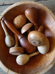 Darning balls- To Dwell In Primitive Thymes: Collections are so Adicting Vintage Sewing Notions, Vintage Sewing Machines, Sewing Box, Sewing Tools, Make Do And Mend, Vintage Laundry, Sewing Baskets, Passementerie, Darning