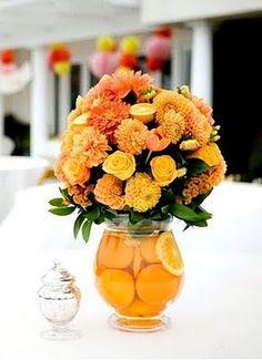Flores e frutas Table Centerpieces, Wedding Centerpieces, Wedding Decorations, Centerpiece Ideas, Beautiful Flower Arrangements, Beautiful Flowers, Pumpkin Vase, Orange Wedding Flowers, Fruit Decorations