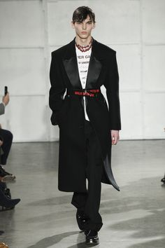 The complete Raf Simons Fall 2017 Menswear fashion show now on Vogue Runway. New Mens Fashion, Dope Fashion, High Fashion, Winter Fashion, Fashion Show, Fashion Menswear, Luxury Fashion, Raf Simons, Catwalk Collection