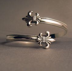 Sterling Silver 925 Fleur de lis wrap cuff par thesilverart on Etsy : just WOW! Sterling Silver Cuff Bracelet, Silver Bracelets, Cuff Bracelets, Silver Rings, Jewelry Accessories, Jewelry Design, Unique Jewelry, Indian Jewelry, Craft Jewelry