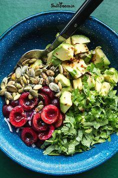 Sałatka z czereśni i awokado » Jadłonomia · wegańskie przepisy nie tylko dla wegan