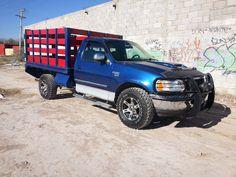 Modificada con caja para carga, muelles reforzadas, llantas todo terreno y rines deportivos, tumba burros con faros funcionando, clima, automatica, electrica, V8.