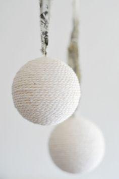 Yarn christmas baubles, white   Xmas decoration . Weihnachtsdekoration . décoration noël   Design: DIY @ Sinnenrausch  