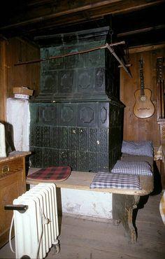 barocke Stube mit mattem dunkelgrünen Kachelofen