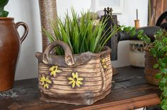 Kabelka I na obj. Pottery Pots, Ceramic Pottery, Pottery Handbuilding, Pottery Supplies, Succulents In Containers, Ceramic Pots, Hanging Pots, Pottery Studio, Sculpture Clay