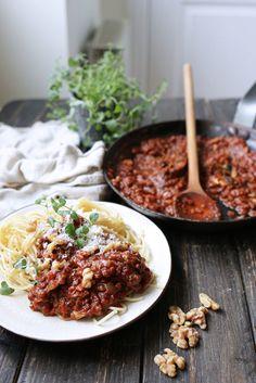 Här bjuder vi på vårt bästa recept på vegetarisk köttfärssås! Svamp i form av champinjoner får stå för fylligheten & får uppbackning av valnötter.
