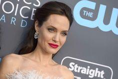 Jeudi 11 janvier, Angelina Jolie a ébloui le tapis rouge des Critics Choice Awards, à Santa Monica, dans une robe bustier blanche à plumes.