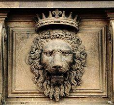 mascaron lion couronné