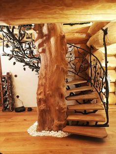 Ručne kované schodisko so zábradlím s lesným motívom v luxusnej poľovníckej chate. Rustic Stairs, Rustic Pergola, Wood Staircase, Staircase Design, Staircases, Tiny House Cabin, Cabin Homes, Log Homes, Home Room Design