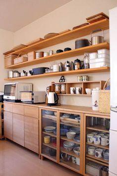 Полки древесного декора на кухне.