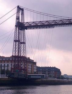 Puente colgante de Bilbao. Une las orillas del río Ibaizábal, entre Getxo y Portugalete, y fue el primer transbordador metálico del mundo, obra de Don Alberto de Palacio. Las vistas, de lujo