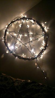 Ma tete de lit, faite avec une vigne, des lumieres de noel et des souvenirs de personnes disparues qui me manque! Missing Persons, Christmas Lights, Vine Yard, Stream Bed, Noel