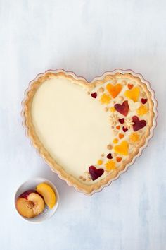 Peach and White Chocolate Tart - The Sweet Rebellion. Up your tart game with this stunning Peach and White Chocolate Tart. A crunchy shortcrust pastry is filled with a creamy white chocolate filling then decorated with beautiful peach cut-out shapes! No Bake Desserts, Just Desserts, Delicious Desserts, Dessert Recipes, Yummy Food, Pie Recipes, Shortcrust Pastry, White Chocolate, Chocolate Filling