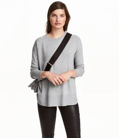 Black/white melange. Fitted sweater in a cotton-blend rib knot with slits at sides and long sleeves with slits at cuffs.