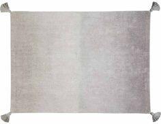 Ce joli tapis rectangulaire 100% coton apportera une touche de chaleur à la chambre de votre bambin avec ses gros pompons ! Sans danger pour les enfants puisqu'il est entièrement fait à partir de teinture non toxique, ils pourront notamment oublier la peur de le salir grâce à sa capacité à être lavé en machine !  Disponible en 3 coloris Dimensions : 120 x 160 cm