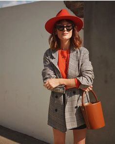 Bucket back, coat and hat Work Fashion, Paris Fashion, Fashion Outfits, Womens Fashion, Spring Summer Fashion, Autumn Winter Fashion, Estilo Fashion, Looks Vintage, Outfits With Hats