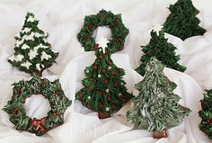 Christmas trees & wreaths (uses thick icing & grass tip)