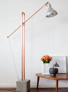 luminária gangorra em cobre e concreto