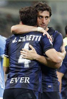 L'abbraccio con Milito. Action Images