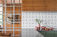 CASA 100 | Apartamento Mirá Kitchen Interior, Kitchen Design, Kitchen Decor, Loft Industrial, Industrial Design, Interior Architecture, Interior Design, Wood Interiors, Mid Century House