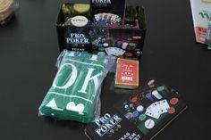jeu de poker livré avec un jeu de carte, des jetons, le livre avec ses regle de jeu, tapis de jeu et coffre de rangement.