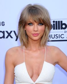 Simple hair color and bob hairstyle idea with an actress Lob Hairstyle, Easy Hairstyles, Blonde Bangs, Corte Bob, Taylor Swift Hot, Gorgeous Blonde, Taylor Swift Pictures, Auburn Hair, Metal Girl