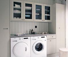 Kodinhoitohuoneeseen sopivat myös lasiovelliset kaapit. Näin kauneimmat pyyhkeet ja säilytysrasiat pääsevät esille. -Topi-Keittiöt-
