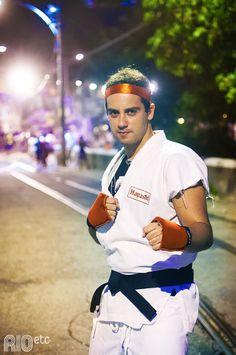 Encontramos no bloquinho: um lutador do jogo Street Fighter. Diy Carnaval, Brazil Carnival, Captain Hat, Cosplay, Costumes, Ideas, Fashion, Game, Man Fashion