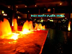 Palm Beach Plaza is one of the highlights of the shopping and dining strip along Palm Beach. It offers a nightly light and water show and frequent free entertainment. You can find the plaza at the northern end of the strip.