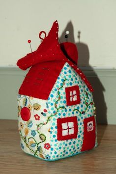 house pincushion with needlecase roof flap: bearpawandbearpaw, via Flickr