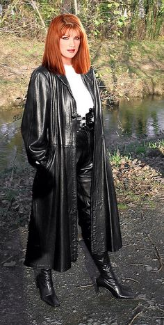 Redhead lady in long black shiny leathercoat Long Leather Coat, Leather Trench Coat, Trench Coats, Red Heads Women, Leder Outfits, Gorgeous Redhead, Redhead Girl, Rain Wear, Leather Fashion