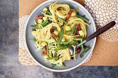 Ein leichtes und sehr bekömmliches Gericht: Eier-Spaghetti mit Bohnen und Kartoffeln. So schnell gelingt das Rezept!