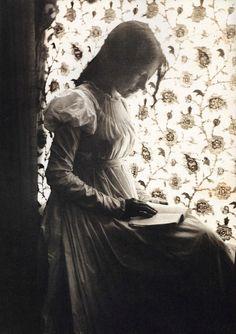 Ce portrait pourrait être celui d'Édith Crèvecoeur lisant ses romans à l'eau de rose http://antoniamedeiros.com/bibliographie/ Photographer Gertrude Käsebier, 1898.
